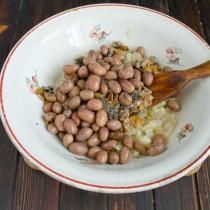 Добавляем в миску подготовленную консервированную фасоль