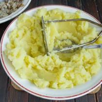 Отваренный картофель превращаем в пюре