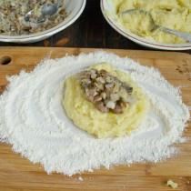 Формируем лепешку из картофельного теста и начинки