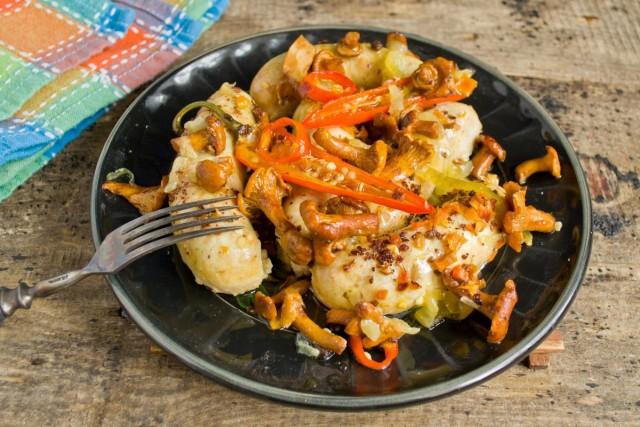 На стол куриные колбаски с грибами подаём горячими