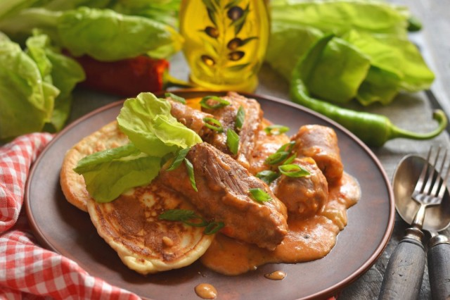 Мачанка по-крестьянски с колбасками и свиными рёбрышками