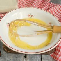 Куриные яйца, кефир и щепотку мелкой соли взбиваем венчиком