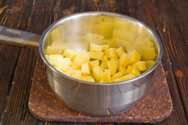 Нарезаем картофель небольшими кубиками