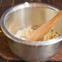 Растапливаем сливочное масло, всыпаем пшеничную муку