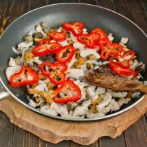 Добавляем нарезанный перец к остальным ингредиентам