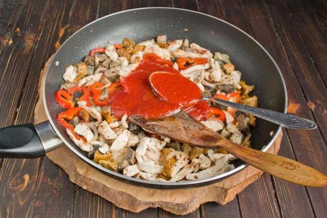 Выкладываем в сковородку томатный соус, солим, перчим