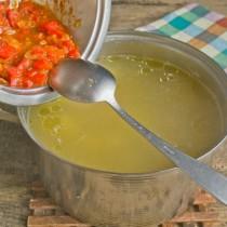 Добавляем в кастрюлю тушеные овощи
