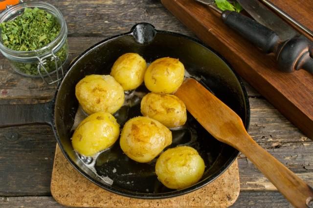 Варёный картофель поджариваем с двух сторон до румяной корочки