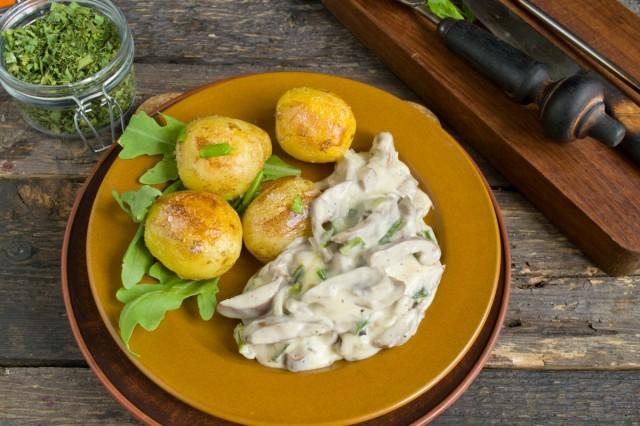 Свиные почки в сметане с луком и картошкой готовы!