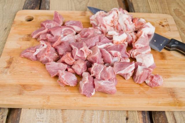 Нарезаем свинину кубиками