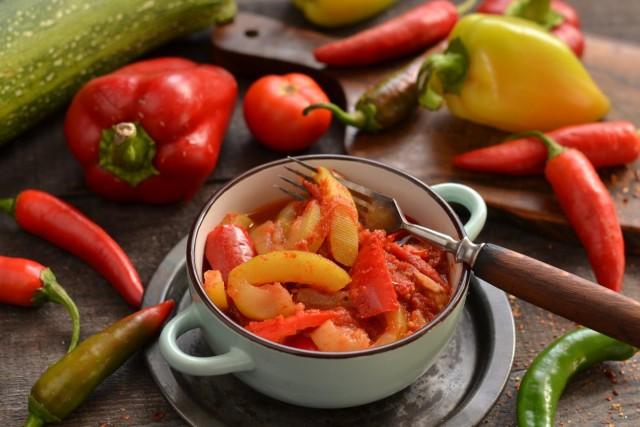 Тушёные кабачки с помидорами и перцем