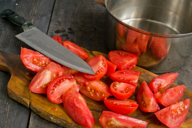 Разрезаем томаты на 2-4 части, вырезаем плодоножку