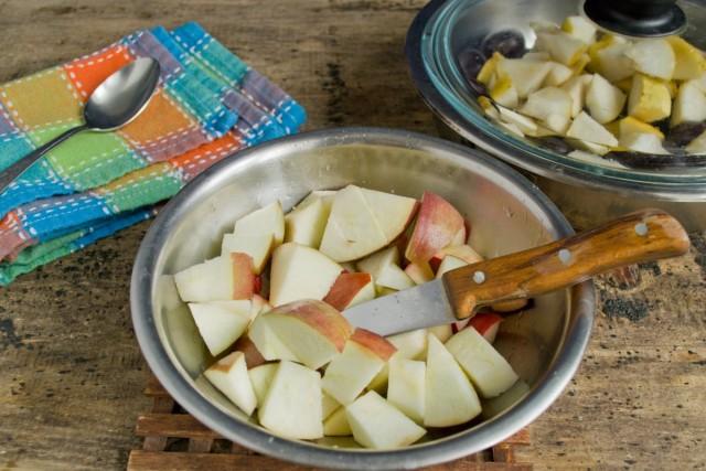 Яблоки нарезаем кубиками одинакового размера с грушами