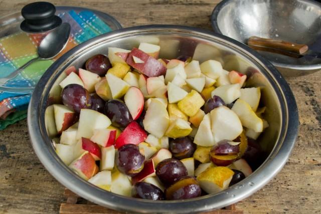 Перемешиваем фрукты в большой кастрюле или сотейнике