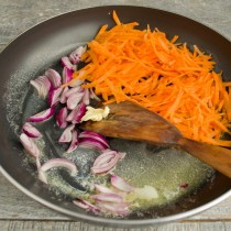 Высыпаем шалот и морковь в разогретое масло