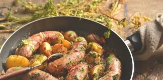 Жареная колбаса на сковороде с картошкой по-деревенски