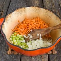 Бросаем сельдерей, морковь и репчатый лук в разогретое масло