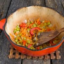 Обжариваем овощи 15 минут, добавляем мякоть горького перца