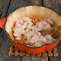 Нарезанную курицу добавляем к обжаренным овощам