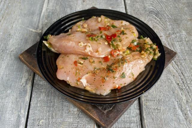 Покрываем куриное филе маринадной смесью и убираем в холодильное отделение