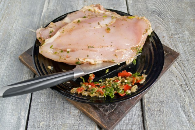 Cчищаем тыльной стороной ножа маринад с мяса