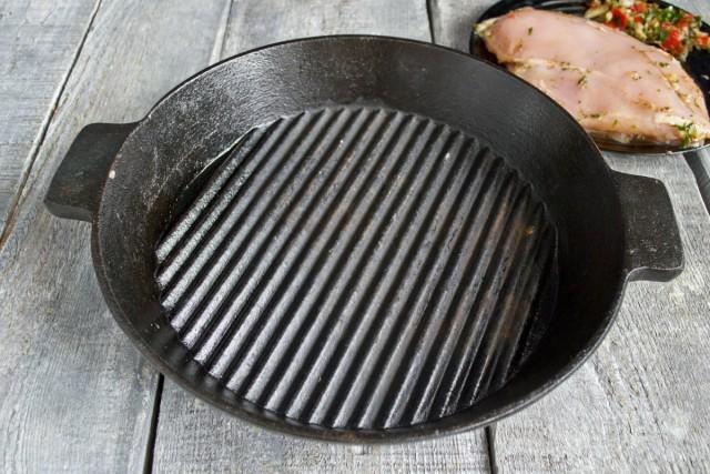Ставим сухую сковороду на плиту и включаем нагрев