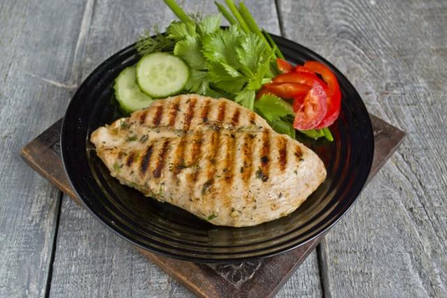 Подаём куриное филе на гриле с овощами и зеленью