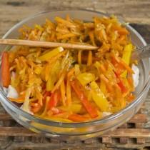 Добавляем обжаренные перцы и морковку с луком