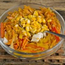 Добавляем консервированную или варёную кукурузу