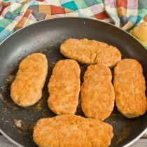 Отправляем сковороду с котлетами в нагретую духовку примерно на 6-7 минут