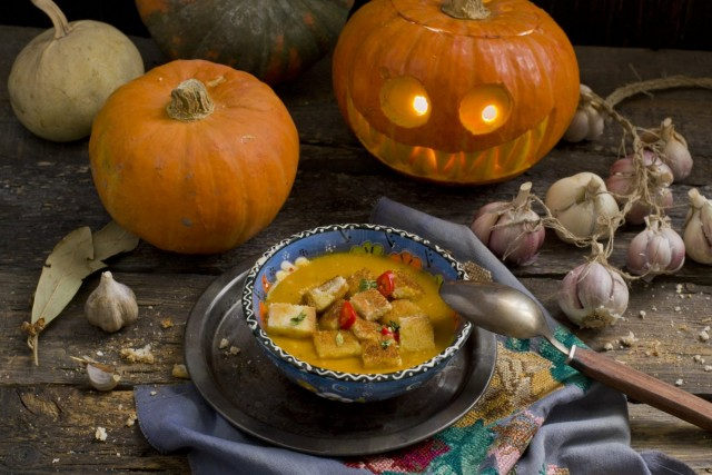 Суп из тыквы со сливками и сухариками