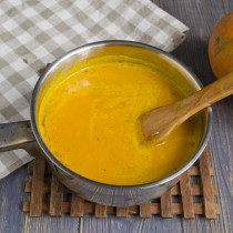 Солим суп и добавляем немного сахара