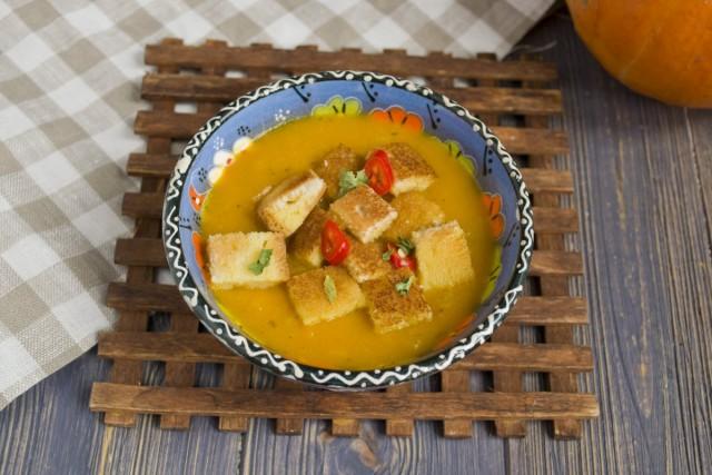 На стол суп из тыквы подаем с сухариками