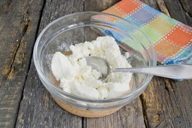 Разминаем творог с мелким сахаром и щепоткой соли