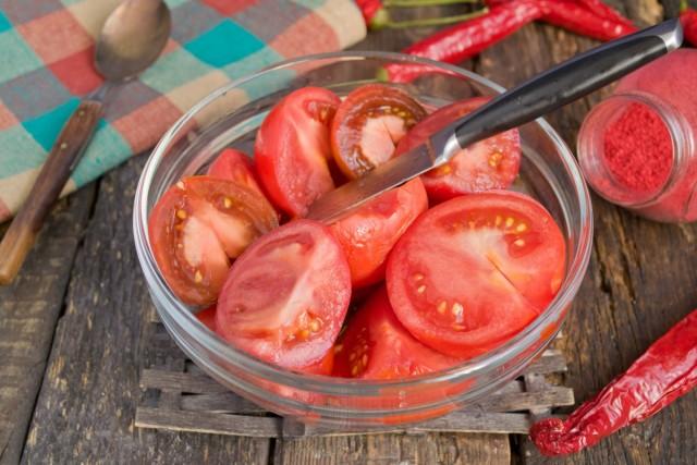 Нарезаем крупно обработанные томаты