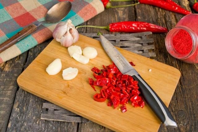 Нарезаем мелко чеснок и перец чили
