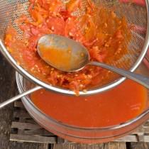 Протираем распаренные помидоры сквозь сито