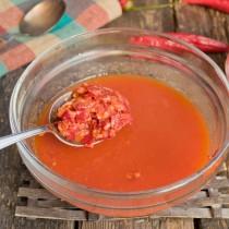 Смешиваем томатное пюре с кашицей из чеснока и чили