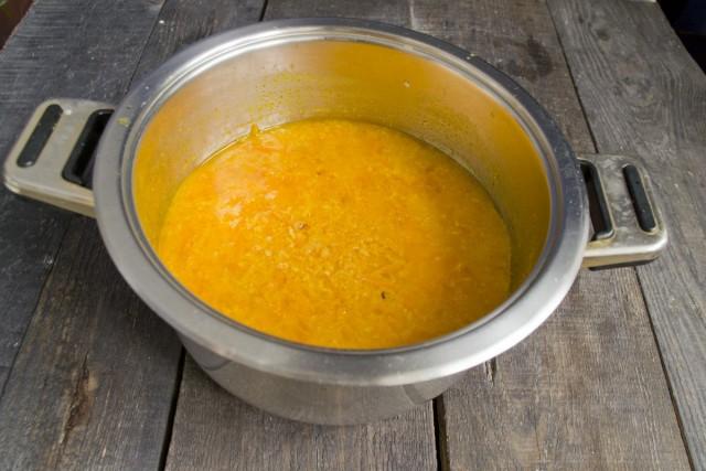 Готовим суп на слабом огне 40 минут, вливаем жирные сливки и снова доводим до кипения