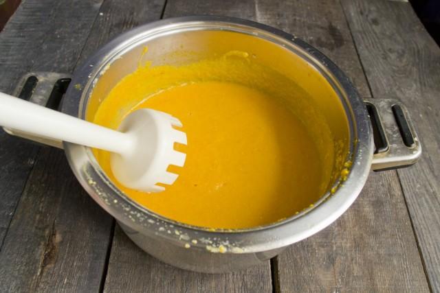 Измельчаем суп погружным блендером до кремообразного состояния