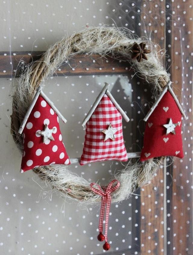 Новогодний венок с текстильными домиками