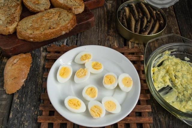 Разрезаем перепелиные яйца пополам