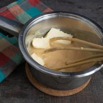Небольшими кусками добавляем размягченное сливочное масло и взбиваем до пышности
