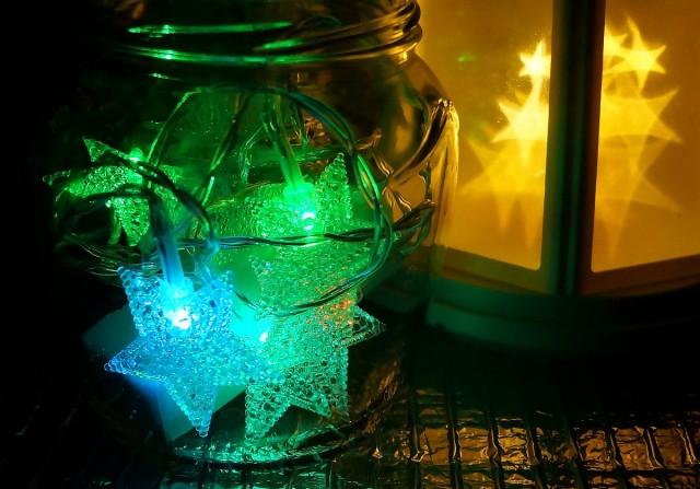 Вместо свечек, в баночки и бутылки не менее успешно размещаются гирлянды на батарейках