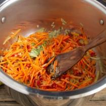 Обжариваем овощи со специями несколько минут