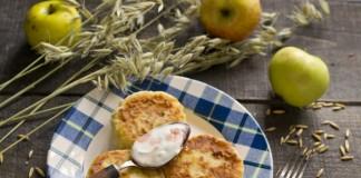 Диетические сырники с яблоками