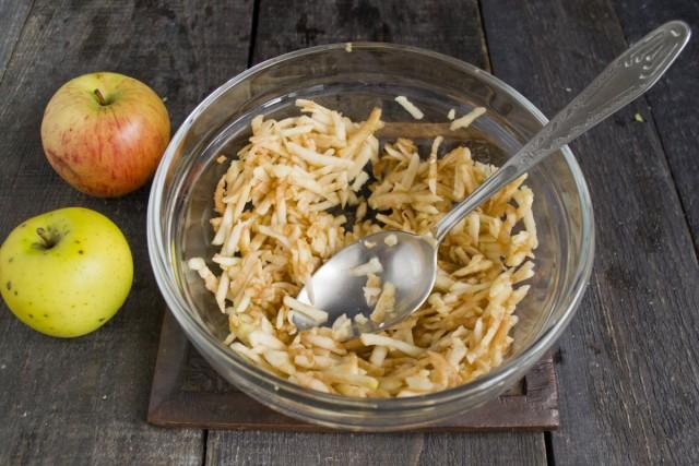 Яблоко нарезаем тонкой соломкой или натираем на крупной овощной тёрке