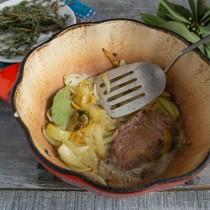 Обжариваем мясо на сковороде с двух сторон и кладём в жаровню