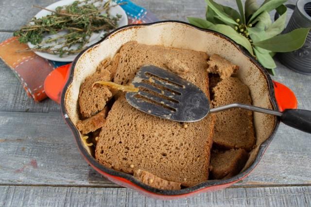 Укрываем мясо ломтиками бородинского хлеба