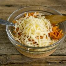 Прямо в салатник натираем сыр на крупной тёрке